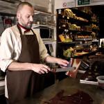 Jörg Schikore mentre tempera del cioccolato. © Federico Casella per Cakemania.it