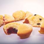Muffin con fragole, semplici, con gocce di cioccolato e con confettura di ciliegie. © Federico Casella per Cakemania.it