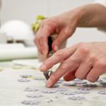 Le mani di Toni Brancatisano al lavoro durante un corso. © Federico Casella per Cakemania.it