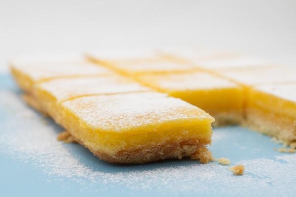 Lemon bars - quadrotti al limone. Photo © Federico Casella per Cakemania®