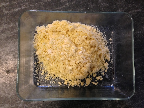 La base-biscotto ha una consistenza briciolosa: va schiacciata nella teglia. Meglio se foderata con carta-forno.