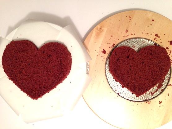 Rovesciate il top della torta sul piatto di portata protetto con strisce di carta-forno.