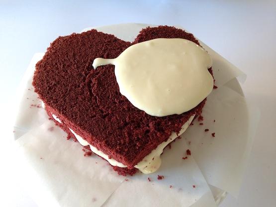 Farcite e coprite la torta con il frosting.