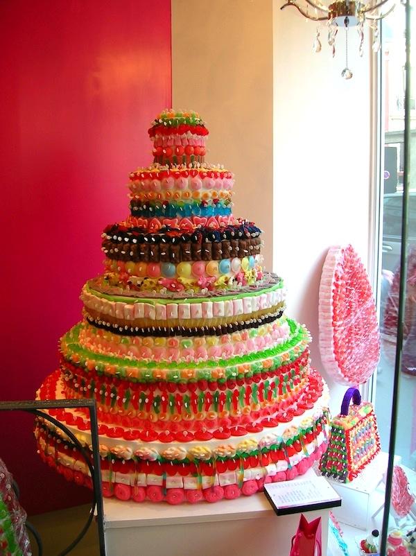 Una torta (e una borsetta) completamente ricoperta di ogni sorta di caramella, fotografata a Parigi da una cakemaniaca: bellissima!