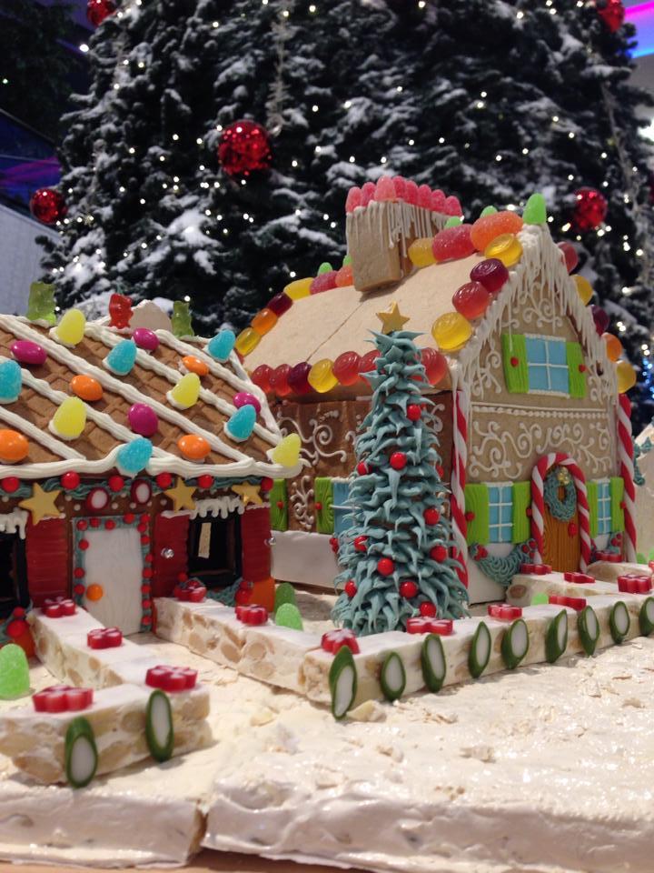 Casetta di panpepato costruita su torrone e decorata con ghiaccia reale e caramelle © Red Carpet Cake Design