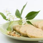 I biscotti al gelsomino (attenzione: il fiore fresco è un ricospermo, solo decorativo: non è commestibile!). Photo © Federico Casella per Cakemania®