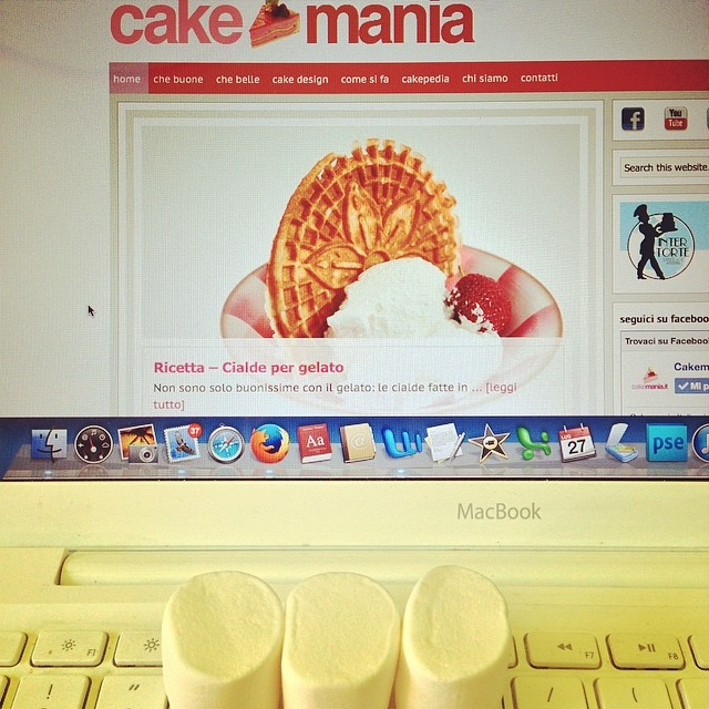 Dedicato a chi come me lavora di #domenica... #marshmallows per consolazione! #yeswecake su #cakemania #candy #macbook www.cakemania.it
