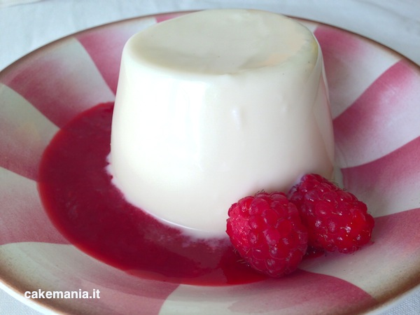 Panna cotta con coulis di lamponi. Photo © Cakemania