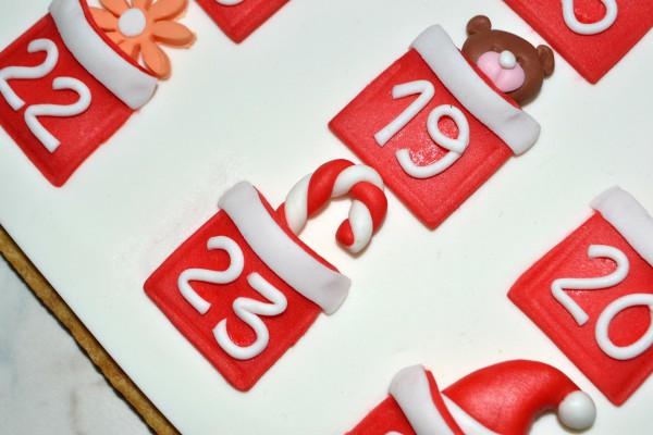 Infilate in ogni taschina un bonbon in pasta di zucchero, una caramella, un omino di Lego... quello che più piacerà ai vostri bambini!