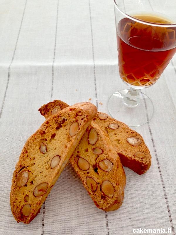 Cantucci e Vin Santo, come vuole la tradizione toscana. Photo © Cakemania®
