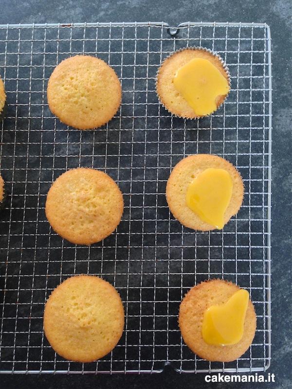 Mettete la glassa al centro delle cupcake e lasciatela scivolare giù. Photo © Cakemania®
