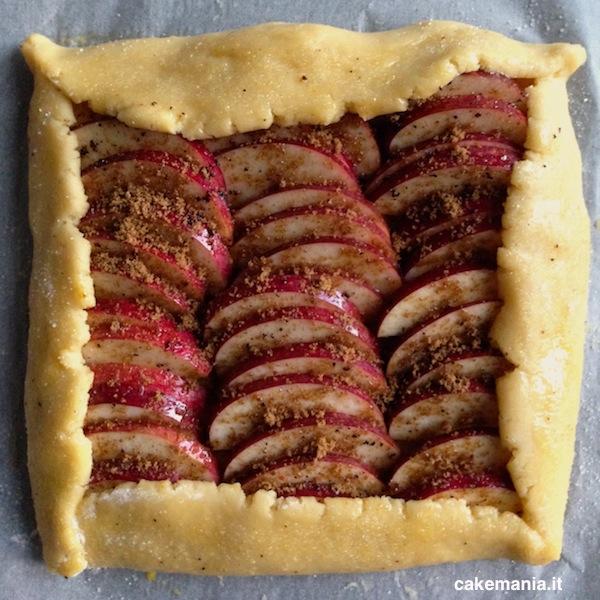 La crostata è pronta per andare in forno.