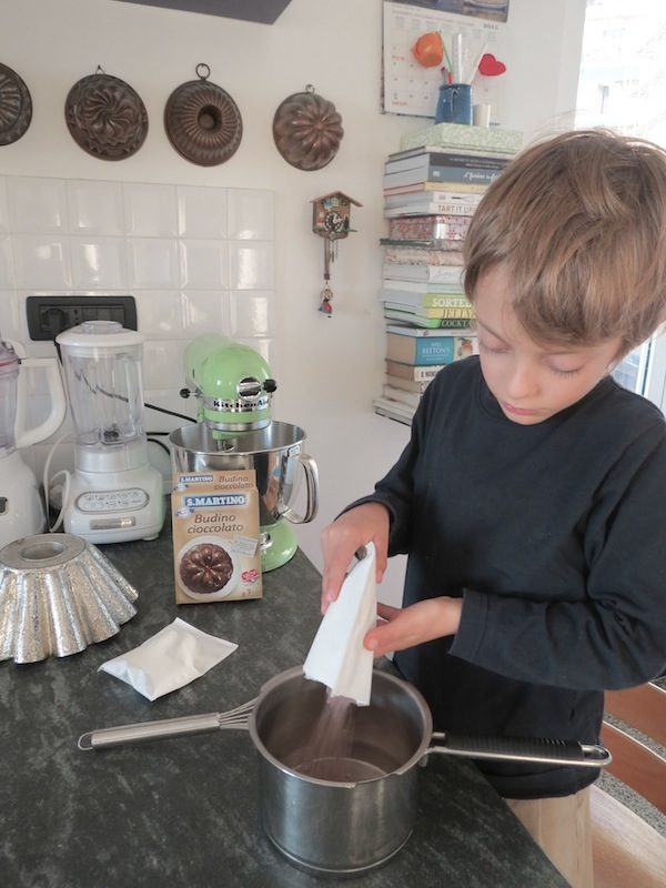 preparazione budino al cioccolato