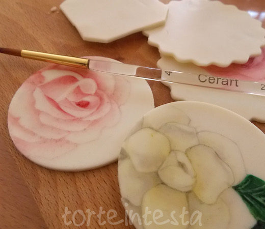 fiori dipinti su biscotti