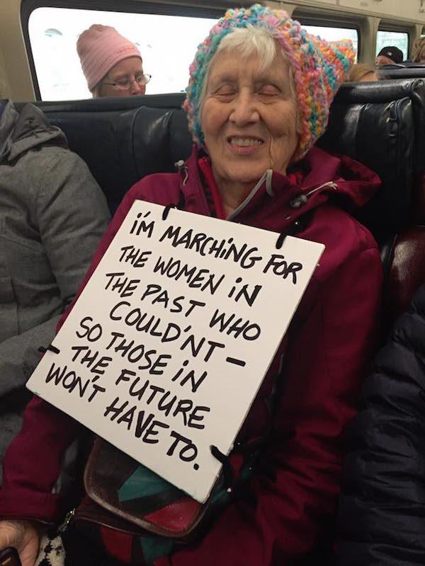 """""""Marcio per le donne che nel passato non poterono farlo - così quelle del futuro non dovranno"""""""