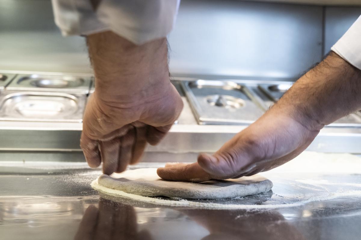 preparazione della pizza senza lievito