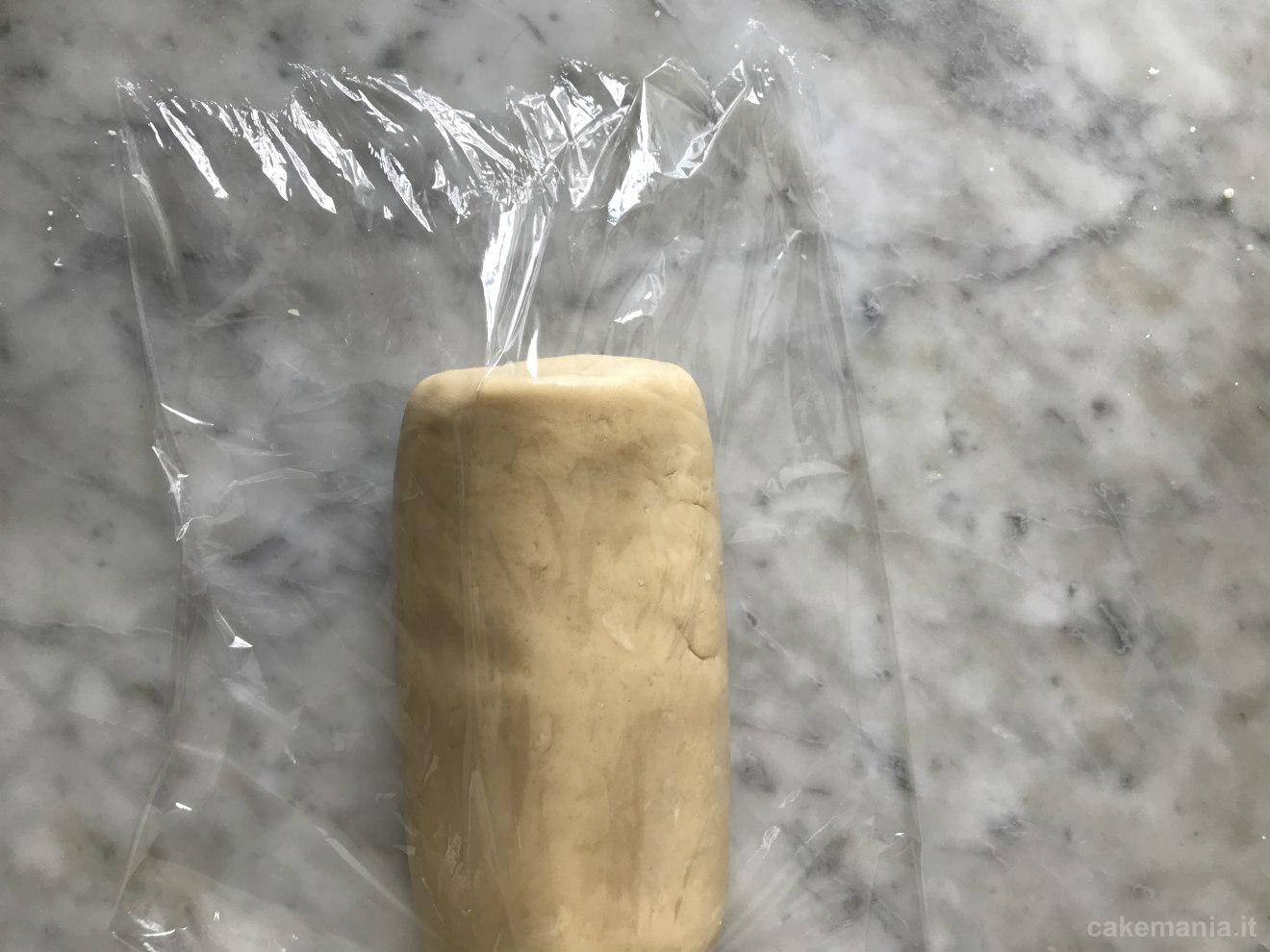 rotolo di pasta frolla nella pellicola