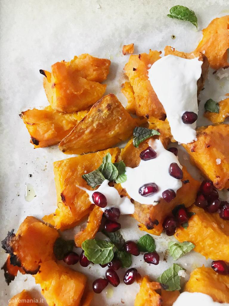 patate dolci schiacciate al forno con yogurt greco e melagrana