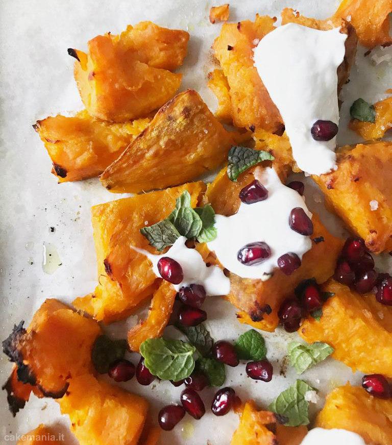 patate dolci schiacciate al forno con yogurt melagrana e menta